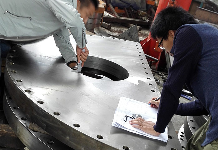 QC Engineers cooperate with the third party to do dimension inspection for machine parts